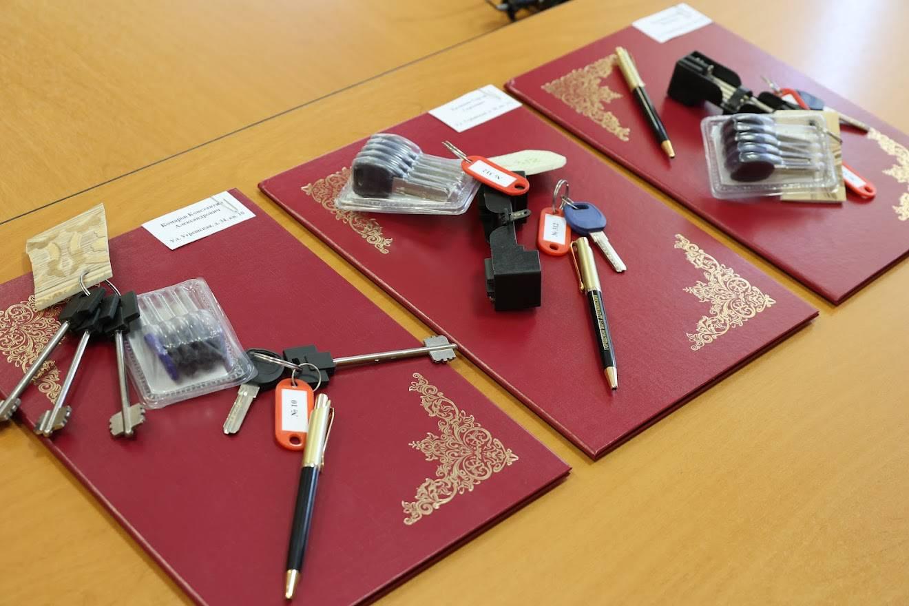 Ключи от новой квартиры. В Дзержинском продолжается программа по расселению жителей из ветхого фонда | Изображение 1
